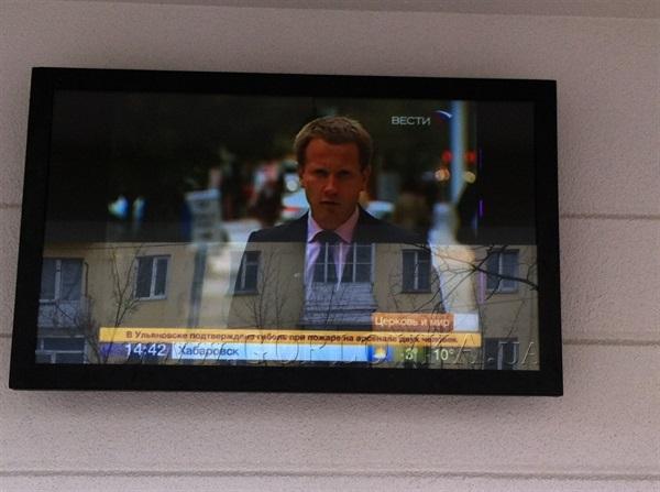 В Горловке на остановке установили телевизор с трансляцией российских каналов (ФОТО)