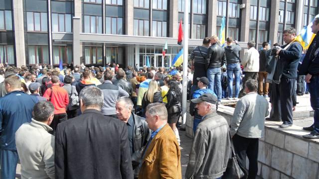 Жители Кировограда несут цветы к мемориальной доске Героев Небесной сотни в честь годовщины Майдана - Цензор.НЕТ 970