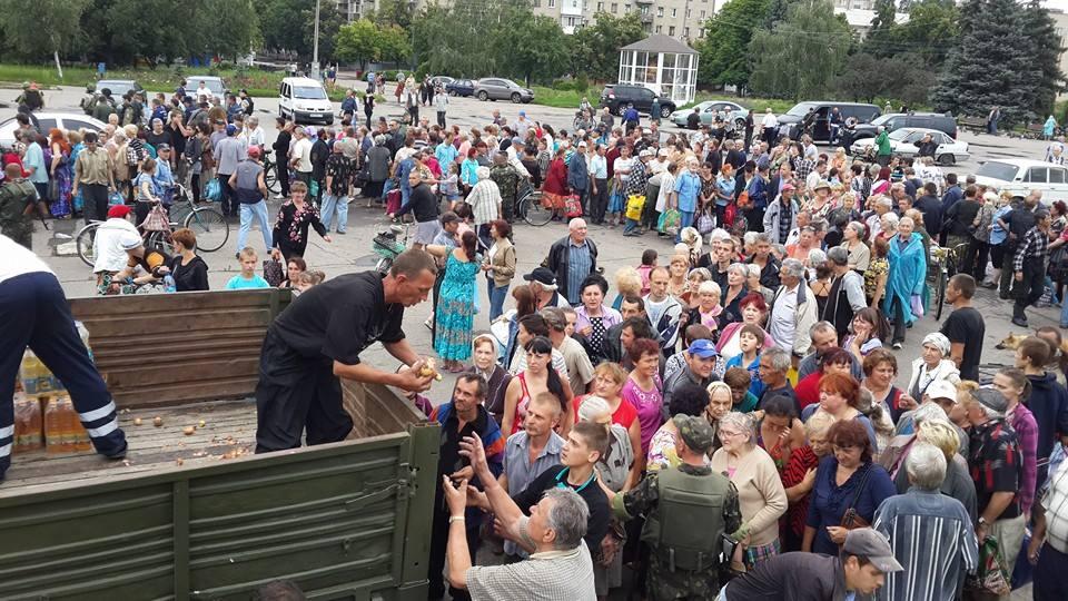 В Славянске образовались огромные очереди возле пунктов раздачи продуктов (ФОТО)