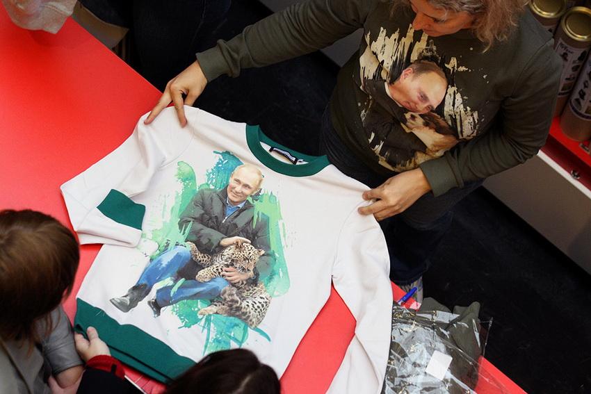 В ГУМе тем временем начались продажи толстовок с изображением Путина. Здесь президент не с лошадью, а с леопардом. Или гепардом? (Фотография: Артем Сизов/«Газета.Ru»)