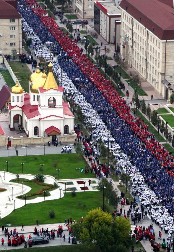 Снова Грозный. Многотысячное шествие по проспекту Ахмата Кадырова. Здесь не видно, но Рамзан Кадыров — во главе шествия. Сам Кадыров нес в руках портрет В.В. Путина (Фотография: Елена Афонина/ТАСС)