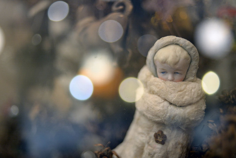 Снегурочка. Ватная игрушка. 1930-1950-е годы А вот внучка у Деда Мороза появилась только в советские годы. В 1937 году в Колонном зале Дома Союзов впервые была устроена детская елка. Хозяином на этом празднике был Дед Мороз. Но ему нужен был помощник. Поначалу устроители елки хотели назначить таким помощником Снеговика-почтовика. Но потом вспомнили о героине пьесы А.Н. Островского «Снегурочка» — прекрасной светловолосой девушке, вылепленной из снега. В конце 30-х годов фигурки Снегурочек стали ставить под елку. Их изготавливали из ваты или папье-маше. В одном из вариантов Снегурочка была пролетарской девочкой в сафьяновых сапожках и с красным флагом.