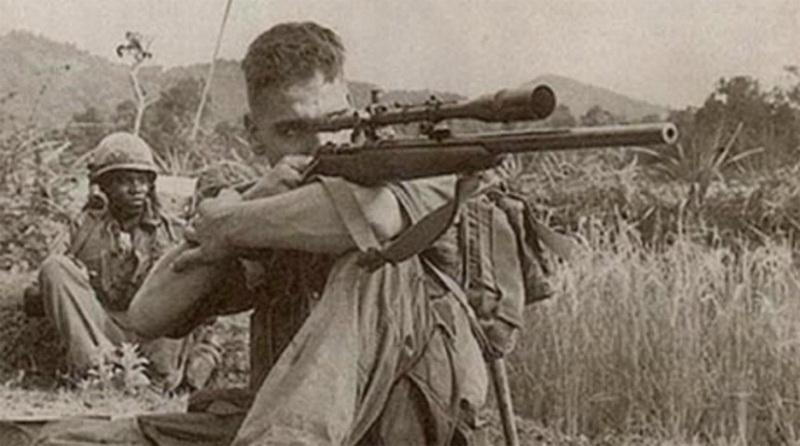 Карлос Хэтчкок. Как и многие американские подростки из глубинки, Карлос Хэтчкок мечтал попасть в армию. 17-ти летнего парнишку, в ковбойской шляпе которого кинематографично торчало белое перо, встретили в казарме усмешками. Первый же полигон, взятый Карлосом с наскока, превратил смешки сослуживцев в благоговейное молчание. У парня был не просто талант — Карлос Хэтчкок был рожден на свет исключительно ради точной стрельбы. 1966 год молодой боец встретил уже во Вьетнаме. На его формальном счету числится всего сотня мертвецов. В мемуарах выживших сослуживцев Хэтчкока фигурируют значительно большие числа. Это можно было бы списать на вполне объяснимое хвастовство бойцов, если бы не громадная сумма, выставленная Северным Вьетнамом за его голову. Но война закончилась — и Хэтчкок отправился домой, не получив ни одного ранения. Умер он в своей постели, не дожив до 57-ми лет всего нескольких дней.