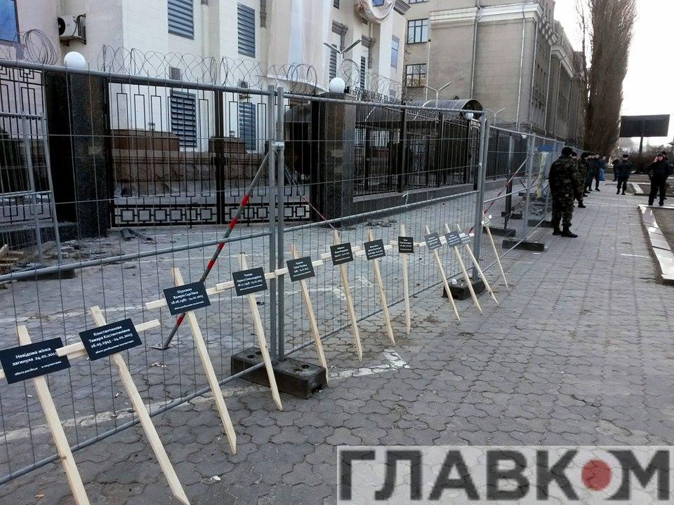 В Киеве возле посольства РФ установили кресты с именами погибших в результате теракта мариупольцев (ФОТО), фото-1