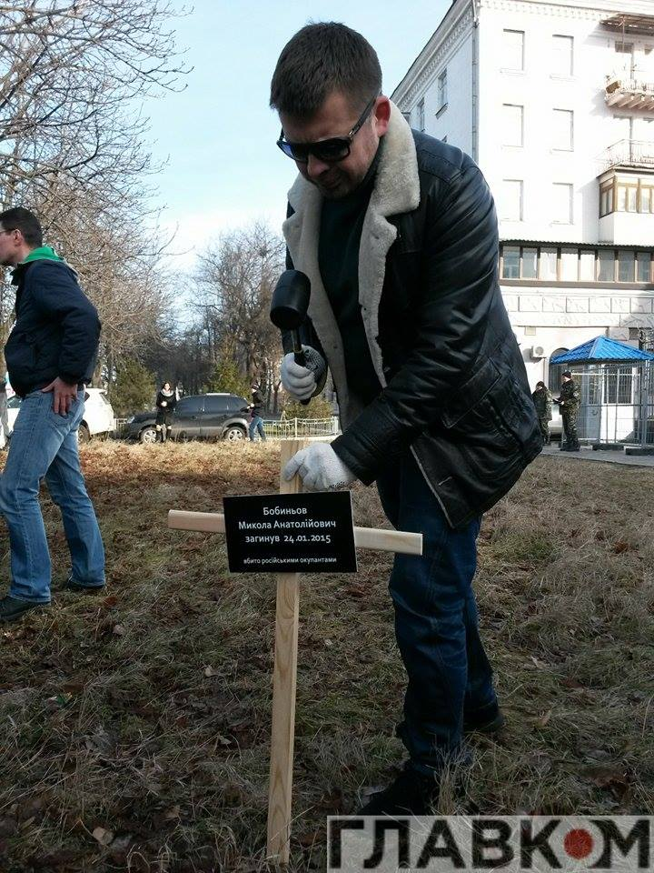 В Киеве возле посольства РФ установили кресты с именами погибших в результате теракта мариупольцев (ФОТО), фото-2