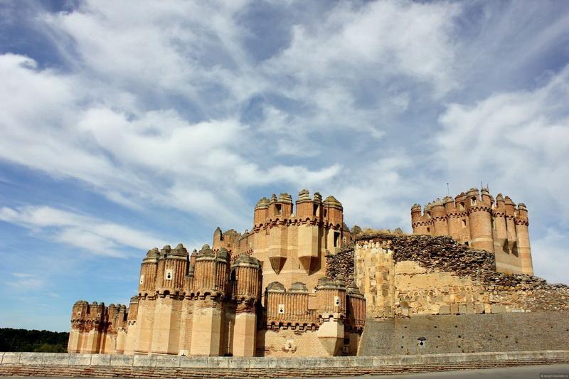 Замок Кока. Это фортификационное сооружение уникально. Она располагает только тремя стенами, а четвертая сторона защищена естественным барьером — непреодолимым холмом. Замок был возведен в 15-м столетии христианами, но под влиянием маврской архитектуры. Кока открыт для публики и может быть посещен в однодневной поездке по Сеговии, в составе организованных групп.