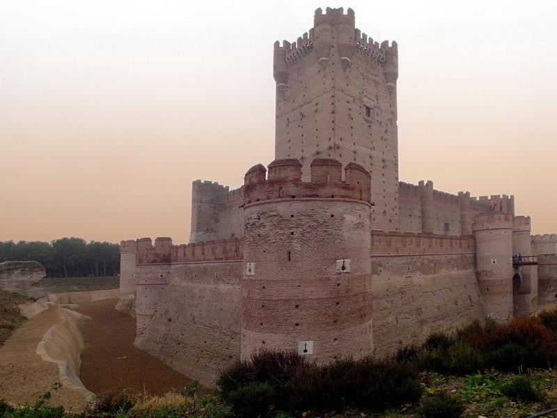 Замок Ла-Мотта. Эта реконструированная фортификация своими корнями уходит в 11 век. На протяжении долгого времени владычество над ней оспаривали короли Кастилии и Арагона, чтобы властвовать над областью Медина-дель-Кампо, и в 15-м столетии замок окончательно стал кастильским. Одно время он был тюрьмой, где содержались такие легендарные личности, как Эрнандо Писарро и Чезаре Борджиа.