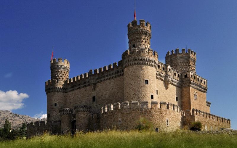 Замок Мансанарес-эль-Реаль. Этот отлично сохранившийся замок, расположенный недалеко от Мадрида, известен и как замок Де-лос-Мендоса, потому что долгое время был резиденцией этого семейства. Выстроенная полностью из гранита, фортификация является хорошим примером военной испанской архитектуры, где сегодня располагается интересный музей.