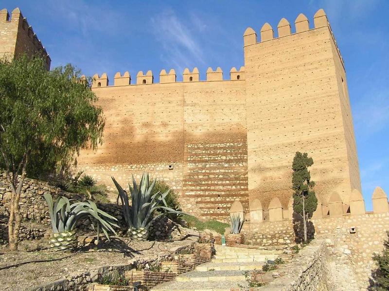 Замок Алькасаба-де-Альмерия. Расположенная на юге Испании фортификация занимает громадную территорию с домами и магазинами. Возведенный мусульманами в 10-м веке и преобразованный позже христианами, замок известен как место съемок фильмов «Конан-варвар» и «Индиана Джонс и последний крестовый поход».