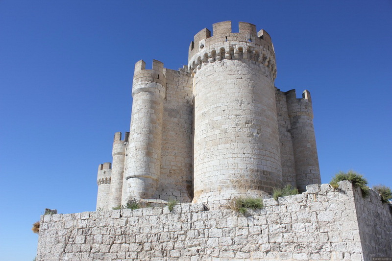 Замок Пеньяфьель. Замок расположен в провинции Вальядолид и напоминает корабль с высоченными 30-метровыми башнями. Он возведен в период с 9-го по 15-го век и сегодня содержит уникальный музей вина. Особенно впечатляет Пеньяфьель ночью, когда полностью освещен.