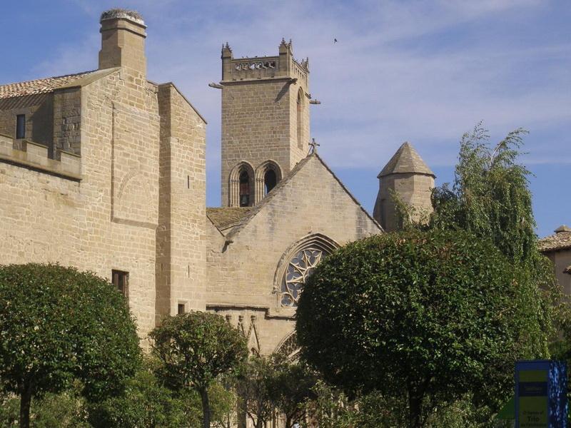 Замок Олит. Известный еще как Паласио Реаль-де-Олит, замок предоставляет возможность познакомиться с другой испанской культурой — наваррской, на севере страны. Он возведен на римских древних руинах с использованием различных архитектурных стилей, с башнями, дворами, садами.