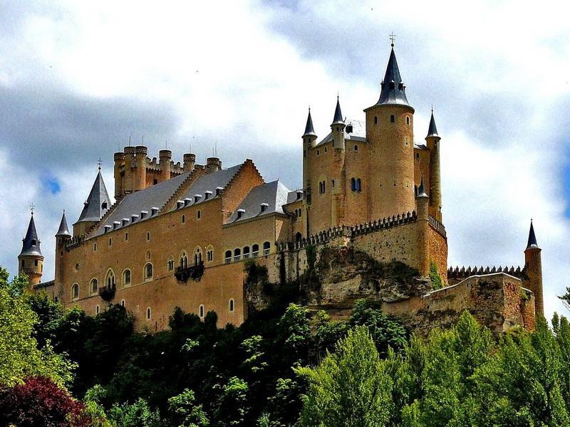 Замок Алькасар-де-Сеговия. В отличие от других испанских замков, Алькасар-де-Сеговия поражает своей красотой и изысканностью. Здесь жили многочисленные принцессы, в том числе и Изабелла Первая, которая в 1474 году стала королевой Испании. В настоящее время здесь можно посетить музей, где выставлены картины и богатый военный арсенал.