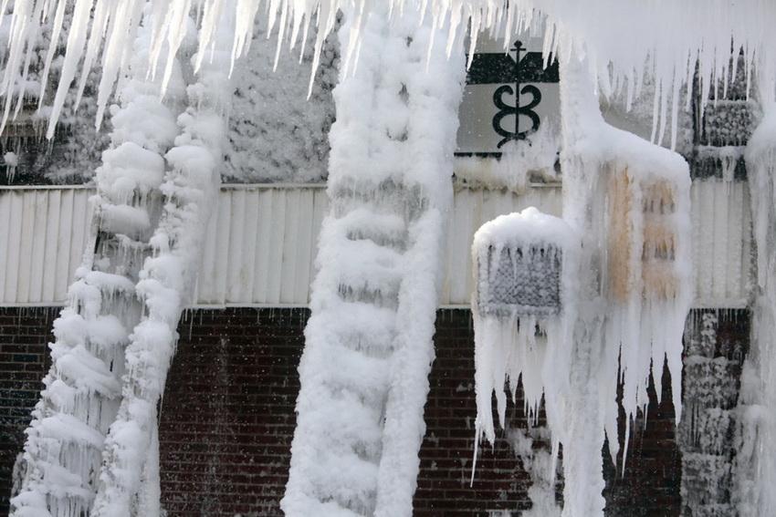 Рекордные снегопады засыпали северо