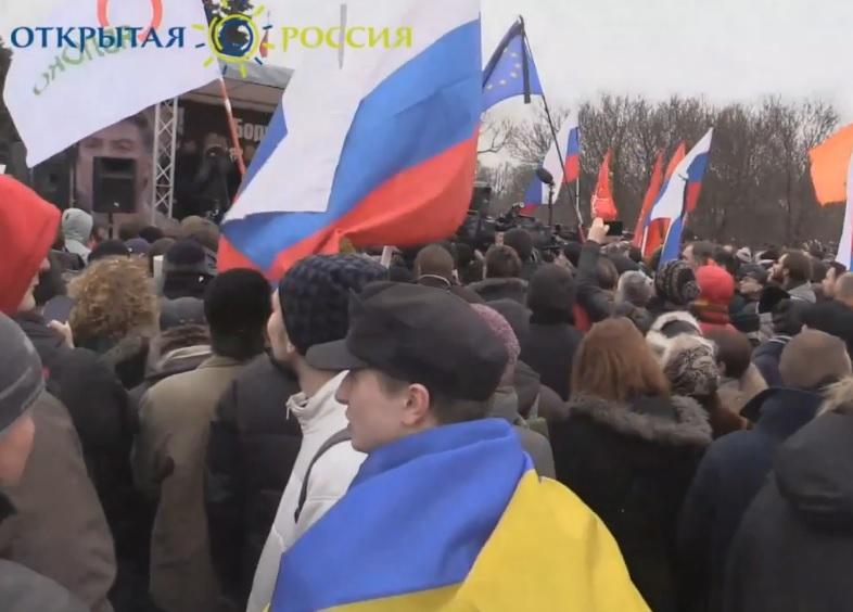 На марш памяти Немцова люди пришли с плакатами Герои не умирают и украинскими флагами (ФОТО)