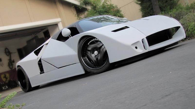 Ford GT90. Концепт, показанный в 1995 году на автосалоне в Детройте, позиционировался производителем как «самый могучий суперкар в мире». Действительно, 12-цилиндровый агрегат автомобиля с четырьмя турбинами выдавал 720 лошадиных сил, а заявленная скорость GT90 составляла около 407 километров в час. К слову, практически такой же скоростной показатель имел «суперкар из суперкаров» Bugatti Veyron, который появился через 10 лет после концепта «Форда».