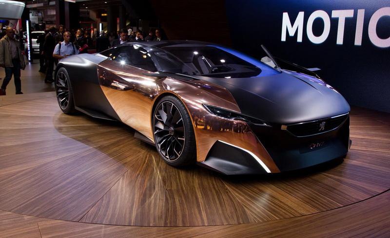 Peugeot Onyx. Оригинальные французы построили суперкар с «каменным» названием из необычных для такого дела материалов. Помимо уже привычного карбона, в конструкции Peugeot Onyx были использованы медь, войлок и бумага. Французы сразу заявили, что не будут выпускать Onyx серийно, однако дали понять, какому стилистическому направлению они собираются следовать в будущем. В частности, главный дизайнер Peugeot Жиль Видаль обмолвился, что «передок» концепта дает представление о том, как может выглядеть передняя часть у следующего поколения моделей 308 и 3008.