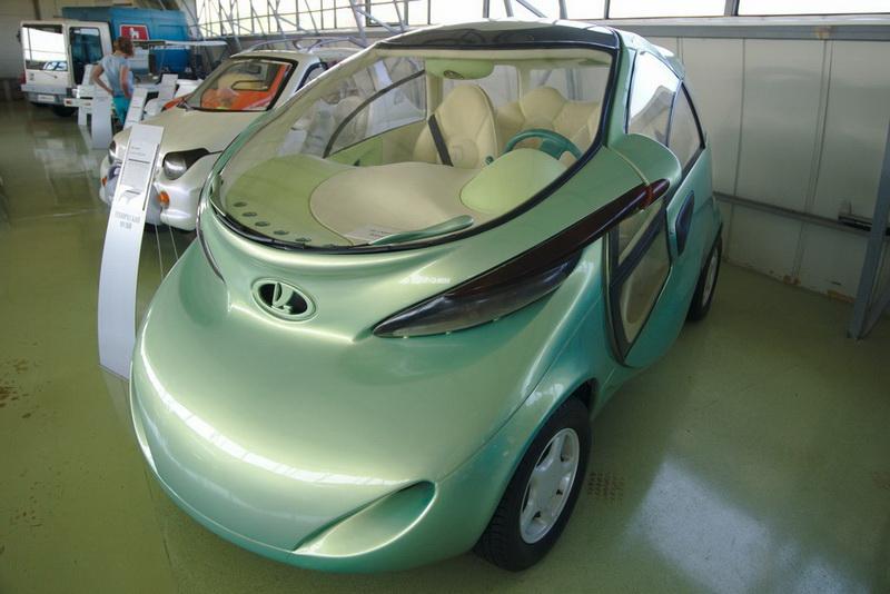 ВАЗ Рапан. Отечественному автопрому тоже есть чем пополнить список штучных экземпляров автомобилей. ВАЗ Рапан – первый концептуальный российский электромобиль, представленный на парижском автосалоне. Выпущен он был в 1998 году в единственном экземпляре и, к сожалению, не получил даже мелкосерийного продолжения. Говорят, что к проекту пробовали привлечь РАО «ЕЭС России» для дооснащения имеющихся автозаправочных станций специальными электрическими заправками, но они не заинтересовались.