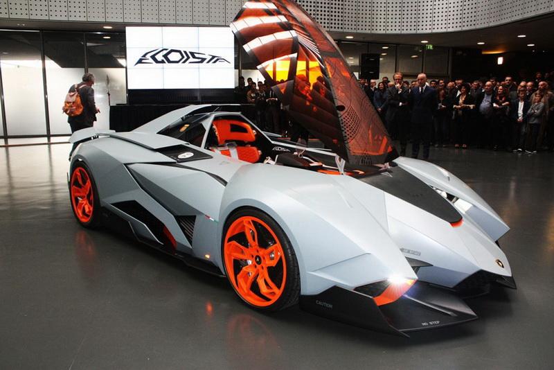 """Lamborghini Egoista. В 2013 году на праздновании своего 50-леетнего юбилея компания Lamborghini представила удивительный суперкар Lamborghini Egoista. Главная особенность «юбилейной» новинки, символизированная её названием, состоит в том, что салон, а точнее """"кабина пилота"""" (вместо дверей у концепт-кара откидная крыша или по-военному «фонарь») рассчитана лишь на одного человека. Внешний облик, равно как и интерьер Egoista, перекликается с военной авиацией. В движение автомобиль приводит 5,2-литровый мотор V10. В конструкции спорткара широко используется углеволокно, за счет чего масса автомобиля составляет всего около одной тонны."""
