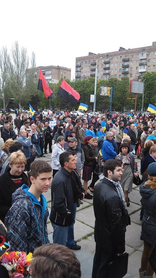 Жители Мариуполя митингуют на площади «Поваленного Ленина» (фото)