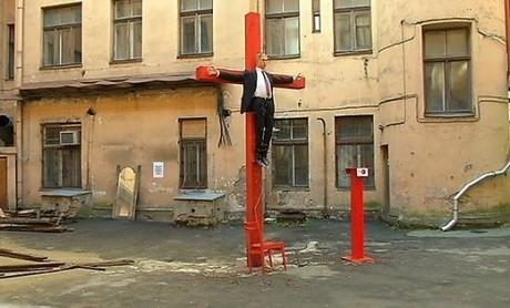 В столице Латвии «распяли» Путина (ФОТО)