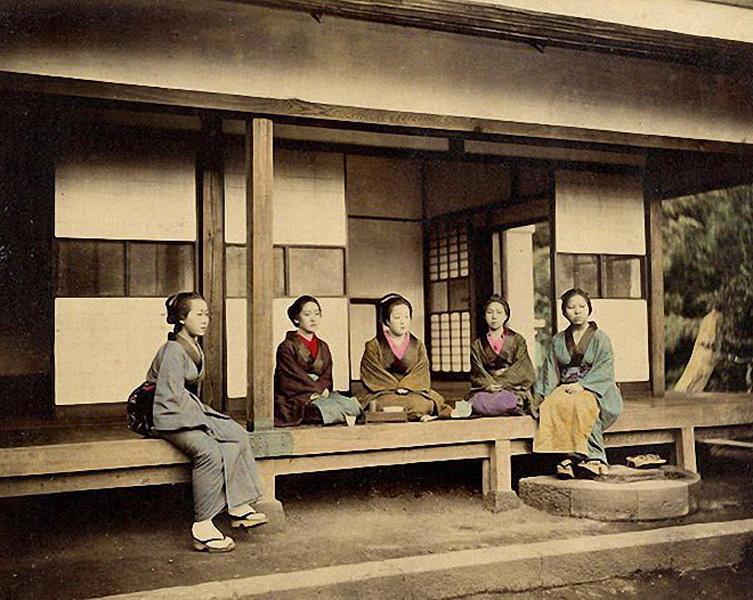 Феличе Беато долгое время провёл в Японии, приехав в Йокогаму в 1863 году. Серия этих снимков является очень редкой и ценной. Немногим фотографам удалось запечатлеть Японию периода Эдо. В то время попасть в страну было практически невозможно. В Японии того времени действовали жёсткие ограничения на въезд иностранцев, которые были введены Сёгуном. (Фото: Felice Beato).