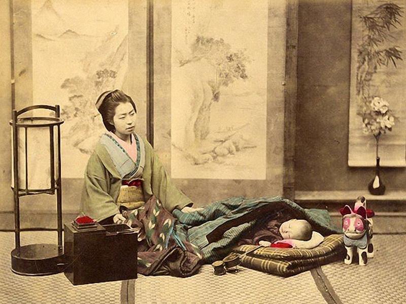 Мама и малыш. Удивительные фотографии Японии конца XIX века. (Фото: Felice Beato).