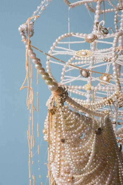 Необычная скульптура из жемчужин (фото 10)