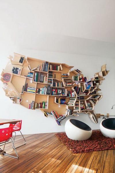 Креативные самодельные полки.  Многие годы автор мечтал об огромных буквах READ на стене, в которые можно складывать все свои книжные сокровища, но эта деревянная карта Америки превзошла все наши идеи.