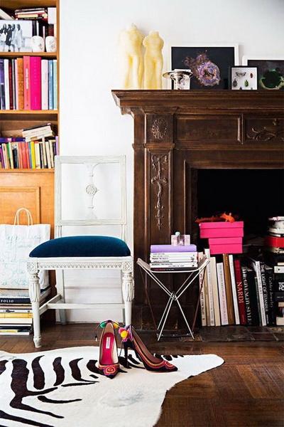 Книжный камин.  Зачем добру пропадать, если им никто не пользуется — подумали владельцы этого дома и разместили все свои книги (а почти все они больших, альбомных форматов, вообще идеально!) прямо в камине