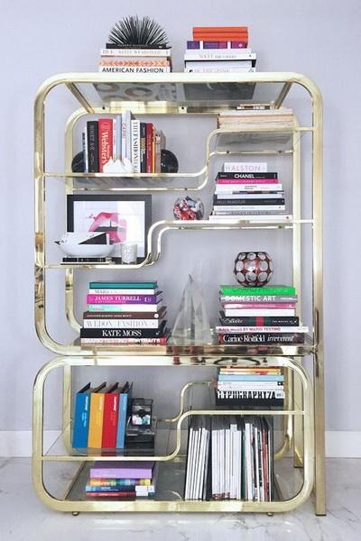 Металл.  Мы даже не знаем, что привлекает нас в этой фотографии больше — идеально разложенные и прекрасные книги или блестящая металлическая полочка с причудливыми изгибами?