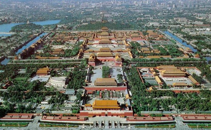 Самый обширный дворцовый комплекс в мире находится в центре Пекина — это Запретный город, или Гугун, построенный в начале XV века. Здесь в зимнее время жили 24 императора Китая вплоть до начала XX века. Вход на территорию был закрыт для посещения много веков подряд, а сам Гугун отделен от города рвом и десятиметровой стеной. Визуально дворцовый комплекс не похож на европейские: это довольно скромные на вид невысокие терема с красными загнутыми крышами и золотистой черепицей.
