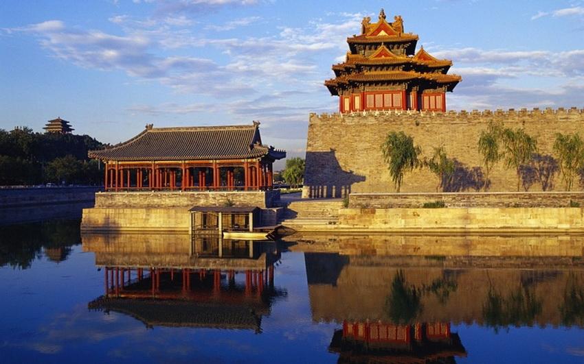 Эти деревянные дома — реконструкция XVIII–XIX веков, оригинальные постройки были уничтожены пожарами. Внутри: китайцы верят, что здесь 9999 комнат и еще половинка. Девятка — священное для китайцев число, а еще полкомнаты императору не полагалось, так как, согласно поверьям, он не мог иметь их больше, чем небесный царь, а тот владел 10 000 комнат. На самом деле в Гугуне 8707 помещений, и находятся они не в одном здании, а разбросаны по всему Запретному городу площадью 720 000 м.
