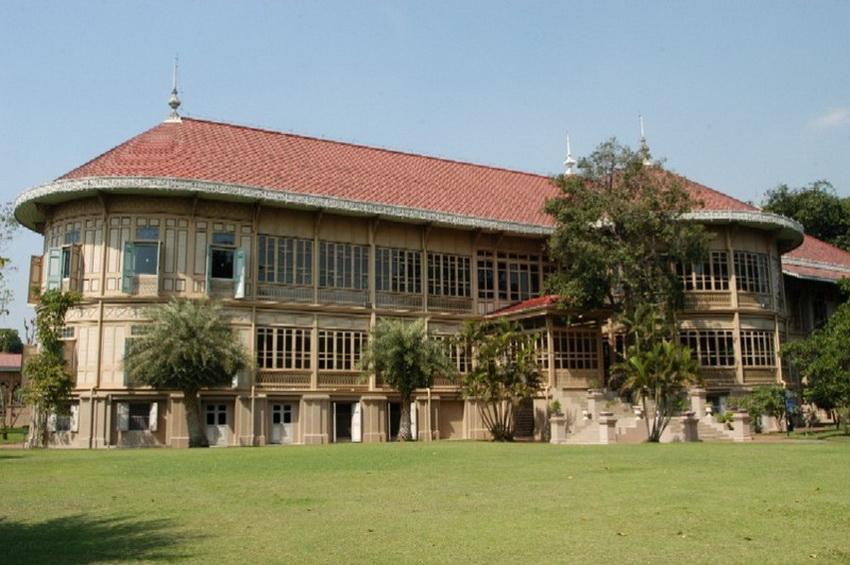 В Бангкоке помимо Большого королевского дворца есть бывшая летняя резиденция короля Рамы V — дворец Виманмек. Дворец был построен на острове Сичанг в 1900 году, но спустя год был разобран и перевезен в Бангкок. Здание инновационное по многим параметрам: это первая постройка в Таиланде, где появились электричество, автономный генератор, душ с водонагревом и лифт — правда, управлялся он на ручной тяге. В архитектуре дворца можно почувствовать западное влияние: до того как заказать резиденцию, король Рама V успел поездить по Европе и посмотрел многие королевские дворцы других стран. Внутри: 81 комната, но доступны для визита только 30.