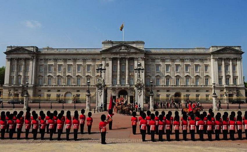 В начале XVIII века это был довольно скромный дом герцога Букингемского. Однако в 1762 году здание купил король Георг III, и с тех пор дом претерпел массу изменений, превратившись в роскошный дворец с 775 комнатами. Он служит официальной резиденцией британских монархов с 1847 года. Ежегодно с конца июля по конец сентября Елизавета II покидает свой «дом», чтобы его смогли осмотреть туристы.