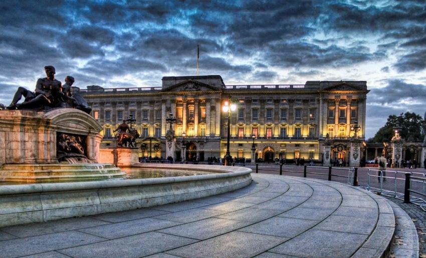 В Белой гостиной находится потайная дверь — через нее любит входить королева Елизавета, заставая врасплох посетителей. В картинной галерее можно увидеть произведения из богатейшей королевской коллекции, которую начал собирать еще Георг IV.