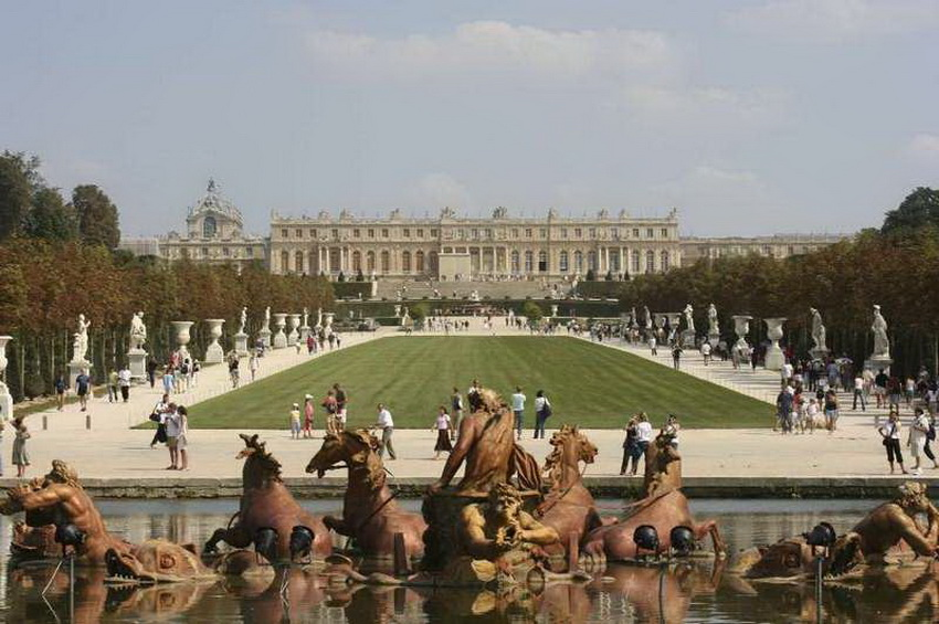 Версальский дворец и парк в пригороде Парижа включены в список Всемирного культурного наследия ЮНЕСКО. Он был построен под руководством «короля-солнца» Людовика XIV и воплощал собой все его монаршие амбиции и идею абсолютизма. Французские короли «изменяли» бывшей резиденции — Лувру — с Версалем с 1682 по 1789 год, пока не грянула Великая французская революция. Европейские монархи и аристократы с завистью смотрели на этот мощный архитектурный комплекс и пытались его повторить. Из желания превзойти Версаль Петр I затеял строительство ансамбля Петергофа. Внутри Версальского дворца можно окунуться в атмосферу роскоши и богатства и увидеть ложе, где были зачаты наследники. Версальский комплекс стал музеем с 1830 года, но все еще хранит дух того времени.