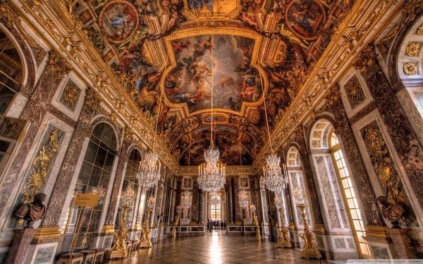 Внутри: 700 комнат, больше 2000 окон, 1250 каминов и 67 лестничных проемов. Парк занимает 900 га — это 350 000 деревьев, 50 фонтанов, канал длиной 1,6 км. Спальня короля Людовика XIV была центром жизни дворца и остается единственным местом, которое не было переделано наследниками монарха. Правда, парчовая ткань на стенах алькова была реконструирована, так как оригинал был сожжен Людовиком XVI в 1785 году — тогда из нее удалось получить более 60 кг золота.