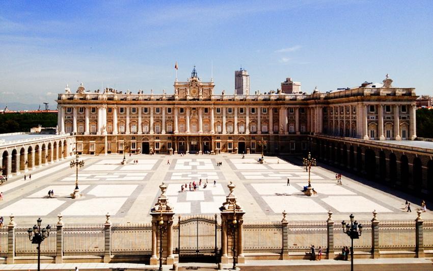 Королевский дворец в Мадриде заказал внук Людовика XIV Филипп V — первый Бурбон, взошедший на испанский престол. Он хотел иметь такую же резиденцию, какая была у деда в Версале. Однако строительство затянулось, и бедняге-королю так и не удалось дождаться воплощения мечты. Дворец строился с 1738 по 1764 год, и первым здесь поселился король Карл III. Однако интерьер оформлялся еще многие годы. Сюда свезли лучшее, что было в Испании: картины известнейших живописцев, хрустальные люстры из серебра венецианской работы, фламандские гобелены, фарфор, мебель в неоклассическом стиле, рококо и ампир, старинное оружие.