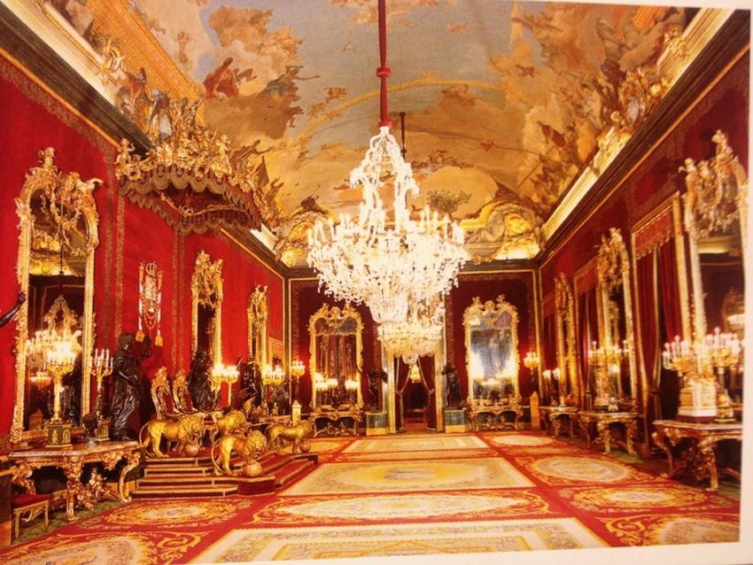 Сегодня это лучший музей Мадрида и действующая резиденция испанских королей: здесь проходят торжественные церемонии, а в основном семейство монарха живет во дворце в Сарсуэле. Внутри: 3418 комнат, из них 50 открыты для посетителей.
