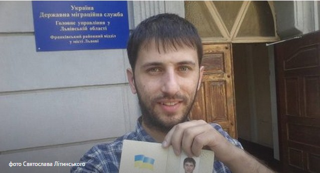 фото паспорта в руках
