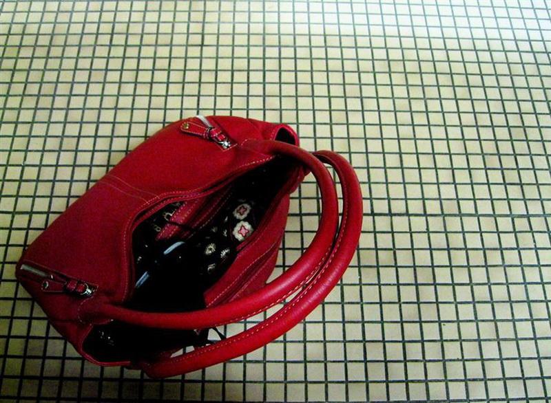 Бразилия. В Бразилии нельзя ставить сумку на пол, иначе якобы владелец сумки обеднеет.