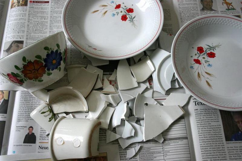 Дания. В Дании хранят разбитые тарелки весь год и кладут их под двери друзьям и родственникам в канун Нового года. Считается, что, чем больше под дверьми будет фарфора, тем счастливее будет год.