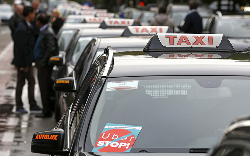 Водители такси со всей Европы протестуют против сервиса Uber в центре Брюсселя, Бельгия, 16 сентября 2015 года.