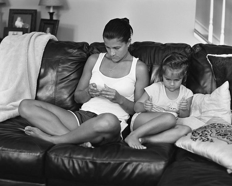 Фотограф высмеял зависимость от смартфонов снимками без них (фото 1)