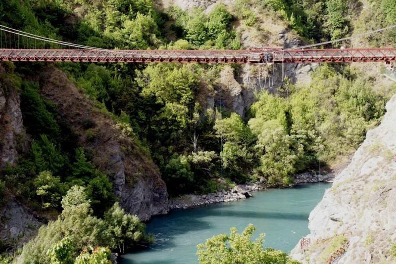 Подвесной мост горловины Каварау — Новая Зеландия.  Мост Каварау известен как место для любителей банджо джампинга. Под мостом, который расположен на высоте 43 метра, грохочет бурная горная река. Кроме того мост очень узкий, так что будьте очень осторожны.