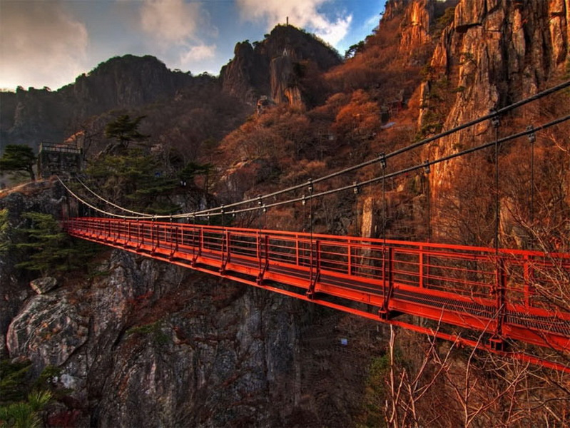 Подвесной мост Даедунсан — Южная Корея.  Мост расположен на глубочайшей пропастью в горах Даедунсан. Кроме того, что пройти по самому мосту — леденящее кровь в жилах занятие, дорога к нему тоже таит в себе большое количество опасностей.