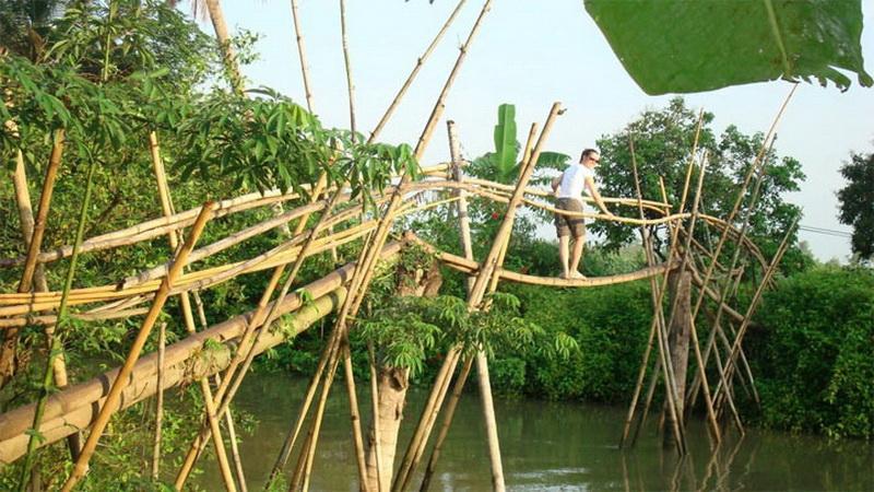 Обезьяньи мосты — Вьетнам.  Такое название неслучайно. Во Вьетнаме много таких мостов — выглядят они очень нестабильными, кроме того его «проезжая часть» представляет собой единственное бревно из бамбука, на которой, кажется, смогла бы удержаться только обезьяна.