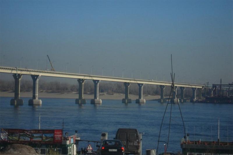 Мост в Волгограде — Россия.  Этот мост прославился тем, что сразу после постройки, он начал заметно качаться во время ветра. Зрелище настолько страшное, что многие предпочитают при любой возможности не пересекать Волгу по этому мосту