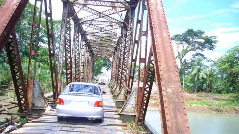 Мост Куэпос — Коста-Рика.  Мост Куэпос прославился узостью своей проезжей части, так что на противоположной стороне должны ждать, пока кто-то его пересечет.   <script src=