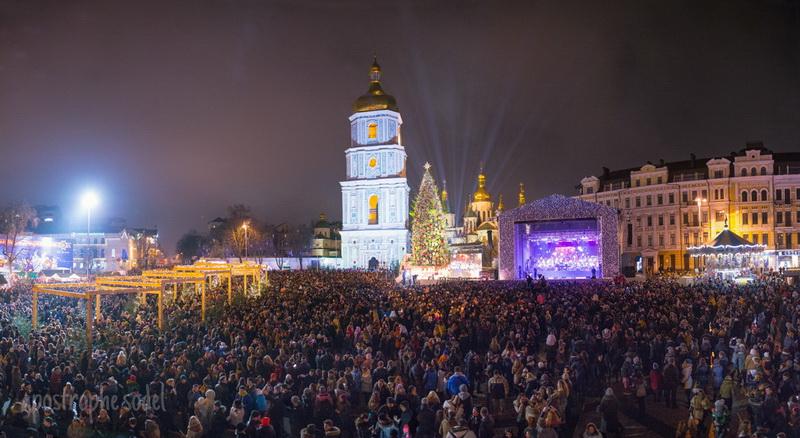 ВКиеве зажгли огни наглавной ёлке Украины